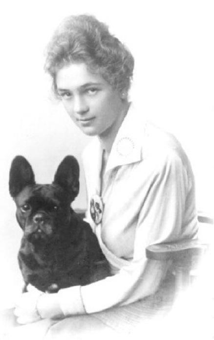 """Gertrude Edle von Humbourg with """"Mohrli dernier cri"""", Vienna, 1917."""